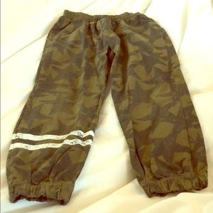 BOYS size 4 Chaser star camo joggers